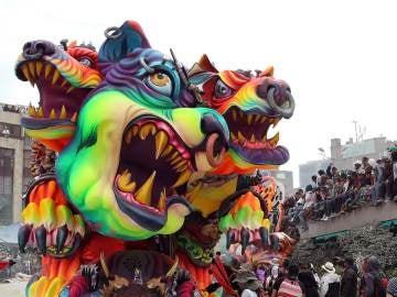 Enormes esculturas rodantes del carnaval de Negros y Blancos