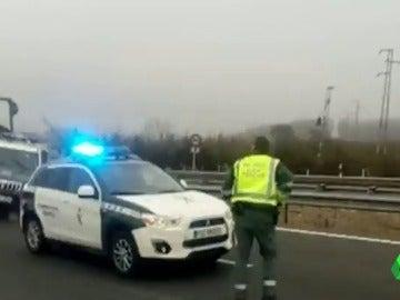 Frame 5.834415 de: Un kamikaze choca brutalmente contra un coche de la Guardia Civil en una autopista de Granada