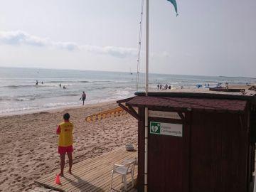 Socorrista en una de las playas de Elche.