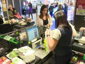 Frame 102.117367 de: Llenar la nevera desde casa por internet o físicamente en un supermercado, ¿qué prefieren los españoles?