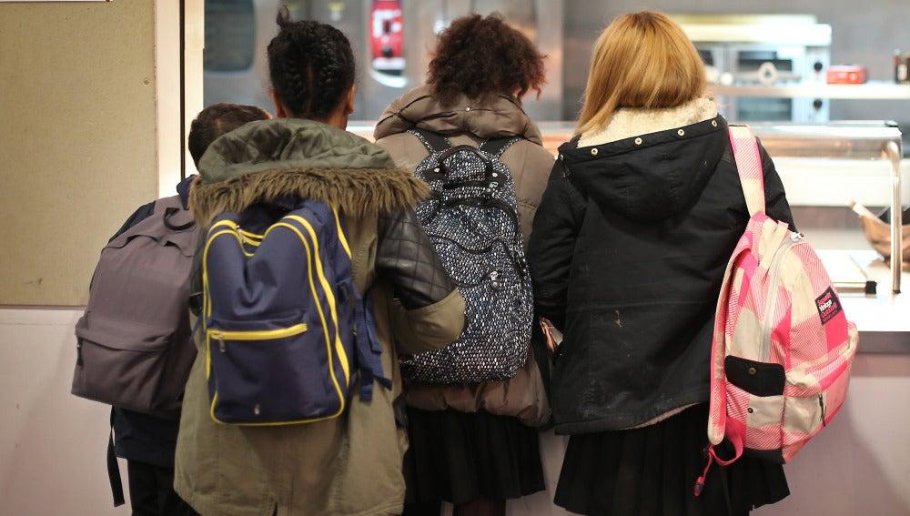 Adolescentes en un instituto.