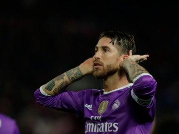 Sergio Ramos se lleva las manos a los oídos en el Pizjuán