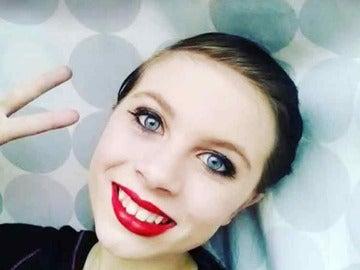 Katelyn Nicole Davis haciéndose un selfie
