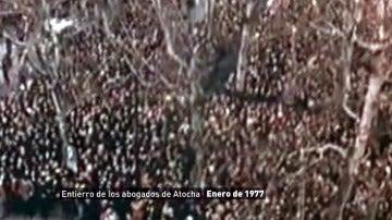 Silencio y puños en alto, así fue el funeral de los abogados asesinados en Atocha