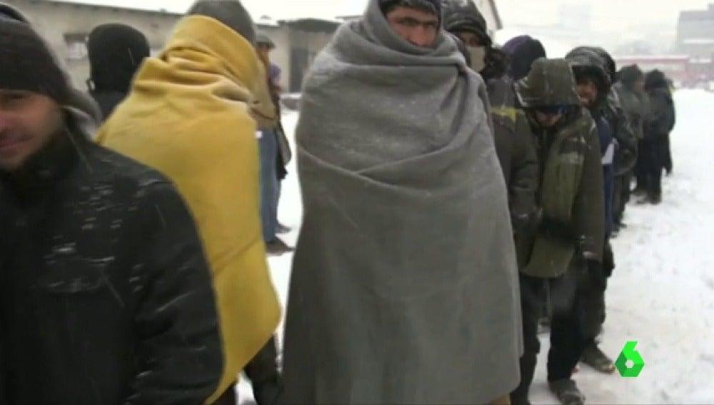Frame 14.422873 de: Abandonados a su suerte y con temperaturas bajo cero, la dramática situación de miles de migrantes en Belgrado
