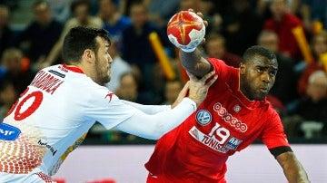 Gedeon Guardiola defiende un ataque de Mosbah Sanai