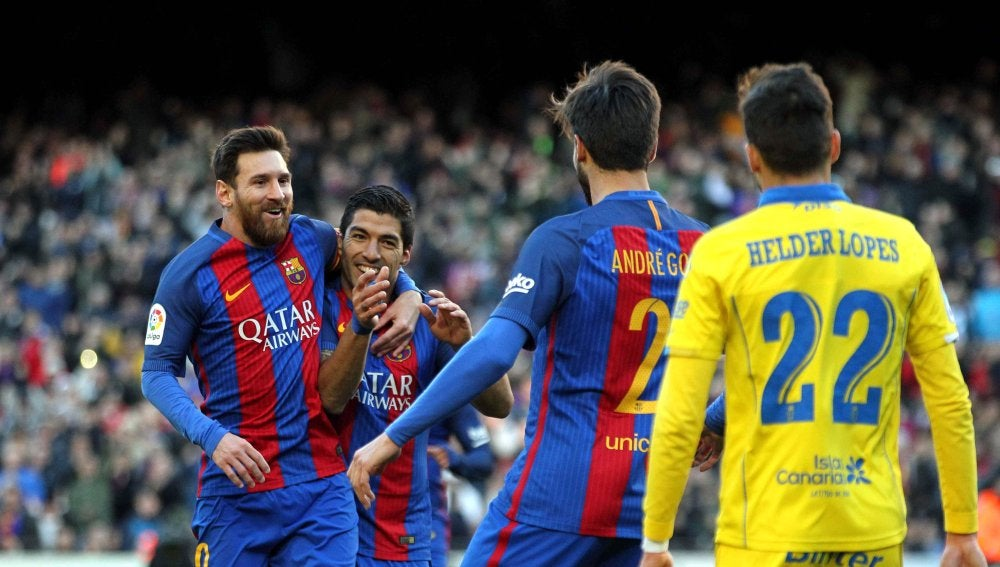 Luis Suárez y Messi celebran el 1-0 ante Las Palmas