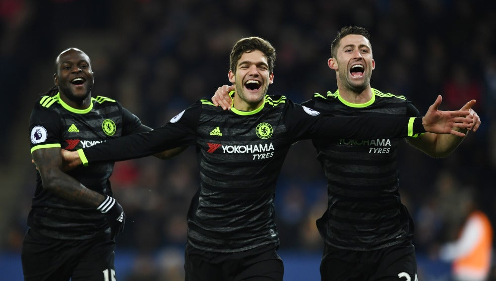 Marcos Alonso celebra un gol ante el Leicester
