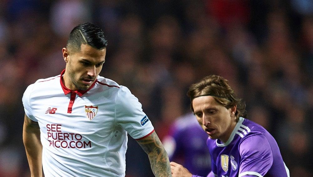 Vitolo conduce un balón ante Modric