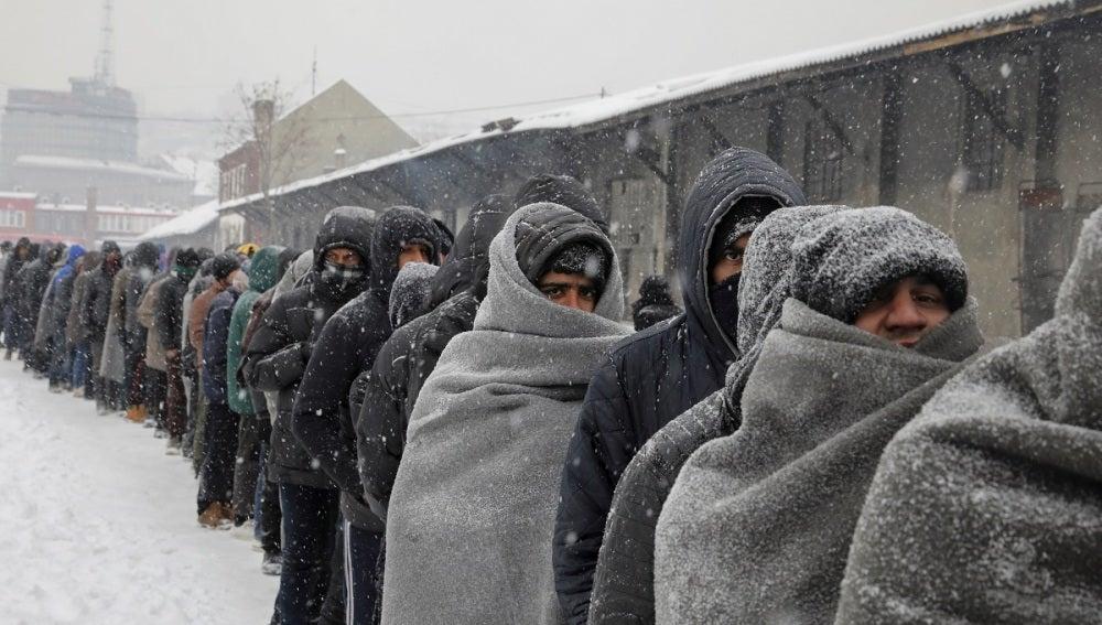 Miles de migrantes, olvidados bajo el frío extremo en las calles de Belgrado