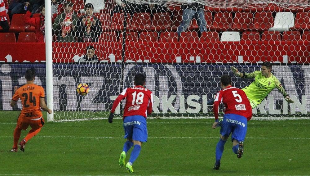 Adrián marca un gol al Sporting