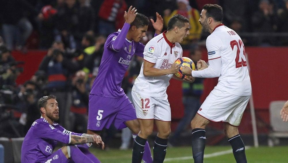 Los jugadores del Sevilla celebran el 1-1 ante el Real Madrid