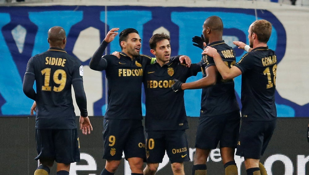 Falcao celebra con sus compañeros un gol
