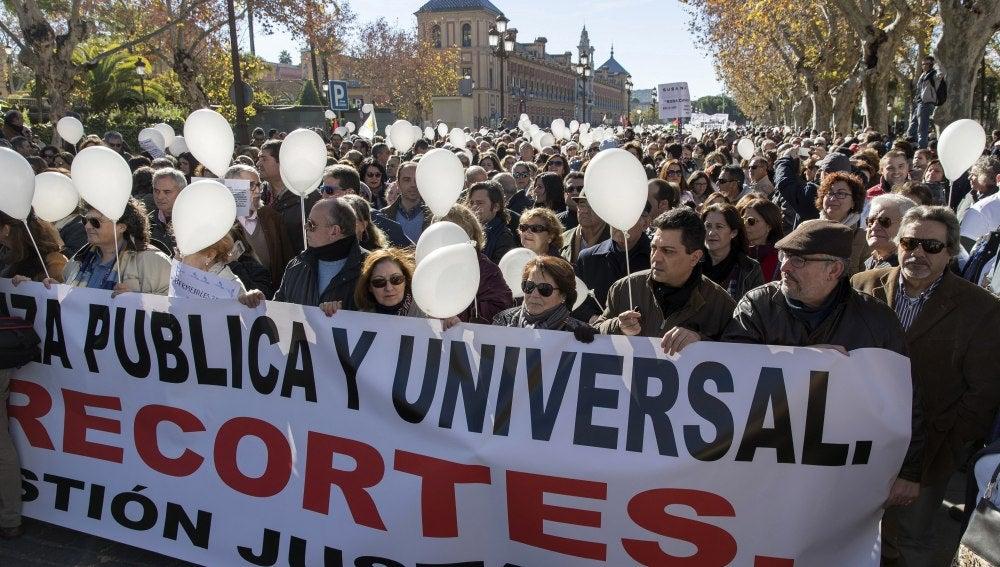 """Varios miles de personas han participado en la manifestación convocada hoy en Sevilla por la plataforma """"Marea blanca"""""""