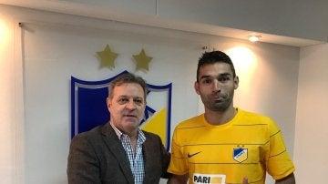 David Barral posa con la camiseta del APOEL de Nicosia
