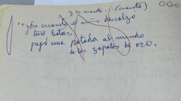 Uno de los poemas manuscritos de Gloria Fuertes donde se pueden distinguir los círculos que usaba para valorar su obra.