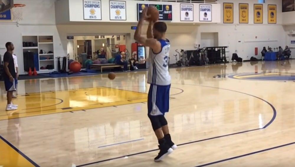 Stephen Curry, lanzando un triple