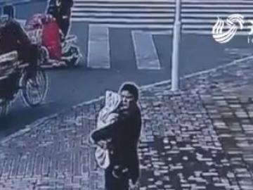 Un hombre chino intenta vender a su bebé en plena calle