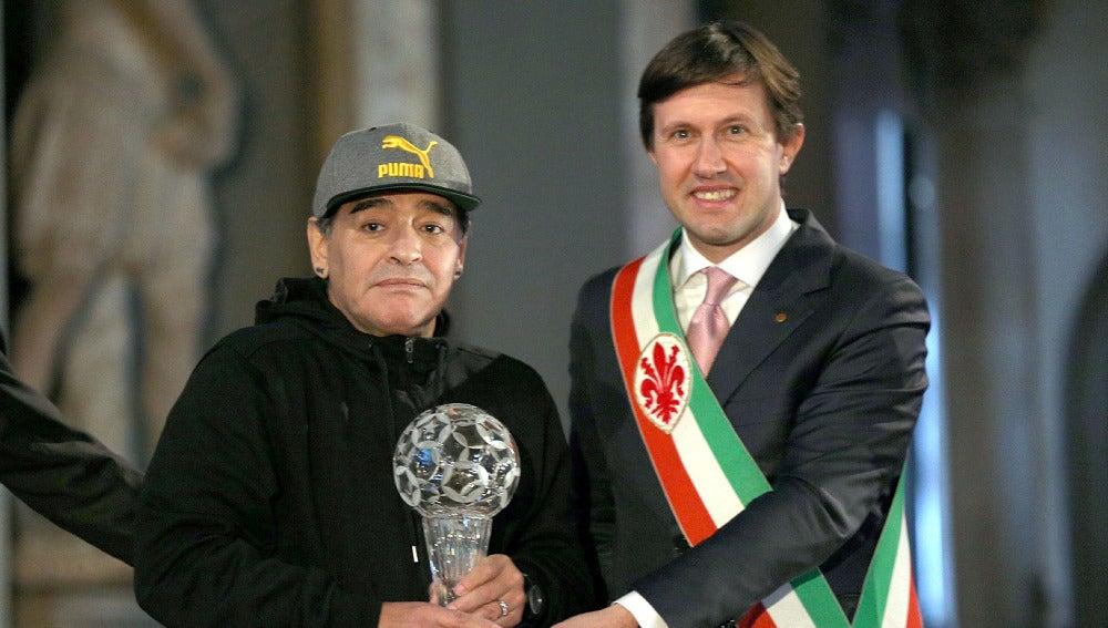 Maradona recibiendo el premio del 'Salón del Honor'