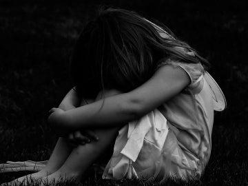 Una niña sobre la hierba