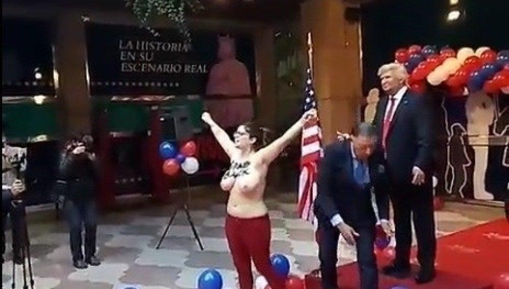 Una activista de Femen protesta en el Museo de Cera