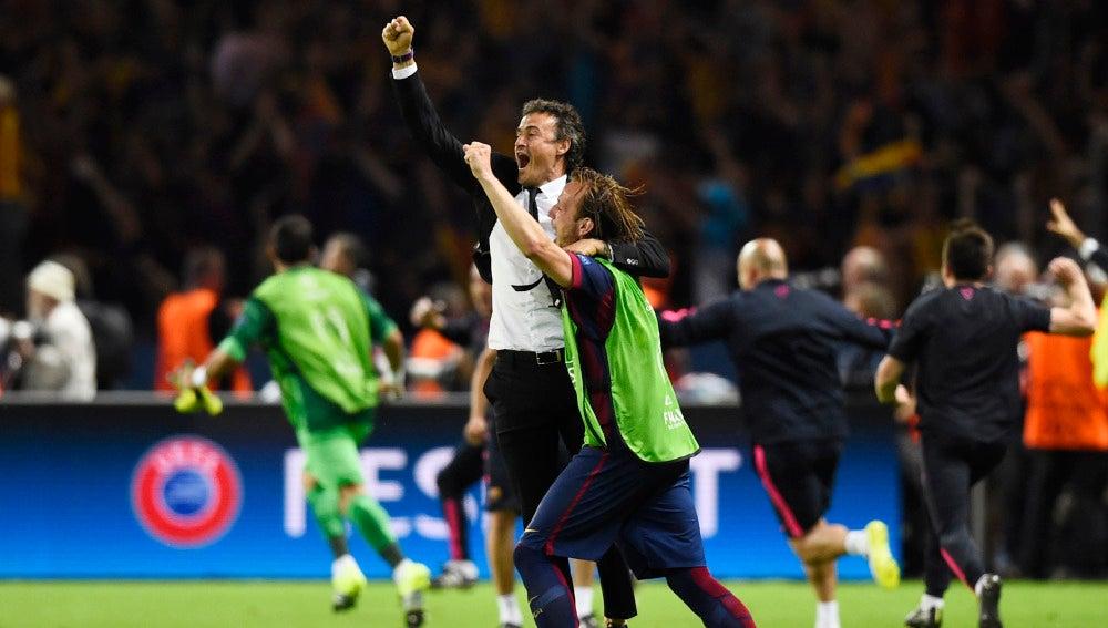 Rakitic y Luis Enrique celebran la Champions que logró el Barcelona en 2015