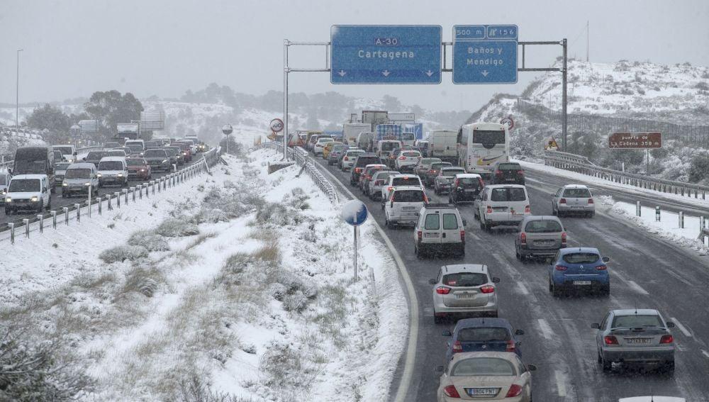 Retenciones por la nevada caída en el Puerto de la Cadena, en Murcia