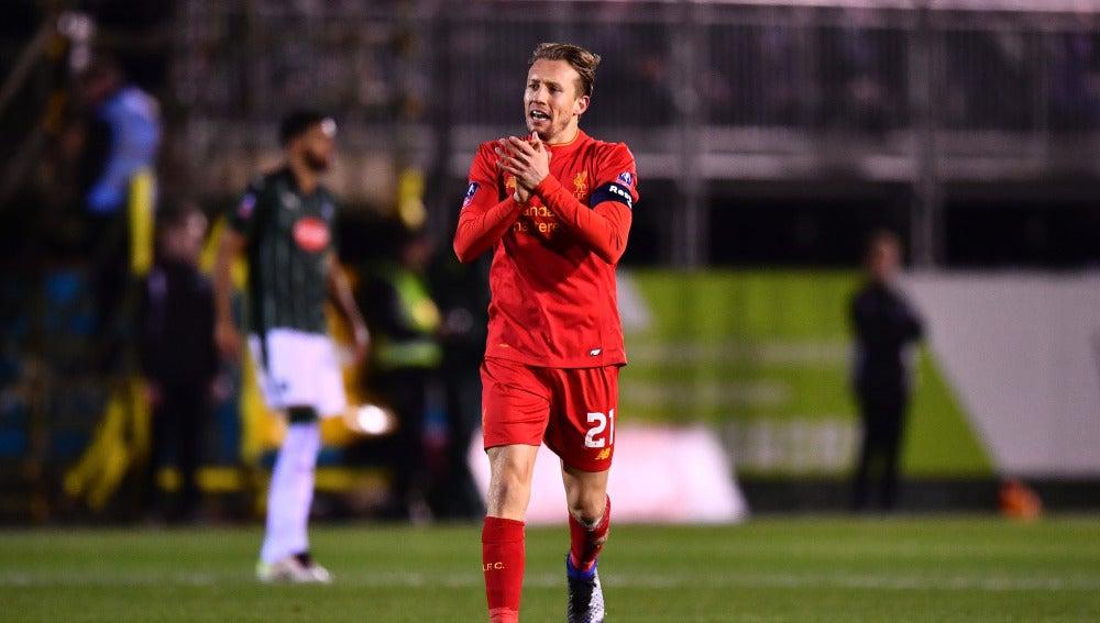 Lucas Leiva celebrando su gol