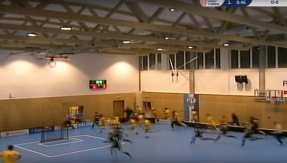 Los deportistas corren antes de que se derrumbe el techo de un pabellón
