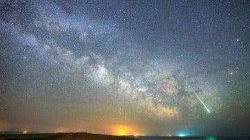 Meteoro procedente del enjambre de las Líridas  tomada desde Istria (Croacia) donde se aprecia su tono verdoso tanto en el propio meteoro como en su reflejo en las aguas del mar Adriático
