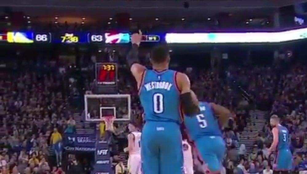 Russell Westbrook avanza sin botar el balón