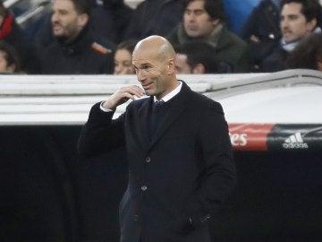 Zinedine Zidane, con cara de circunstancias en la banda