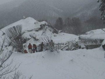 Imagen del hotel sepultado por la nieve y los escombros