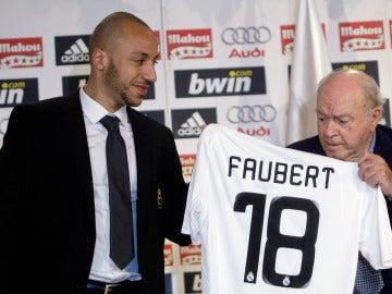 Julien Faubert posa con la camiseta del Real Madrid junto a Alfredo di Stefano