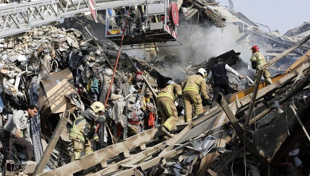 Edificio derrumbado en el centro comercial de Teherán