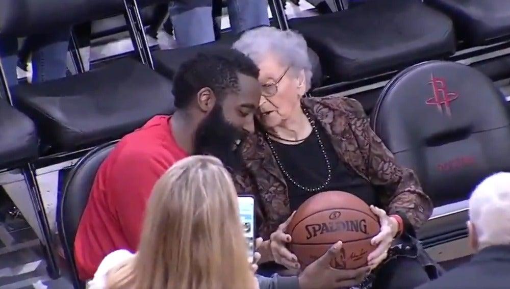 James Harden, regalándole el balón a una fan de los Rockets de 100 años
