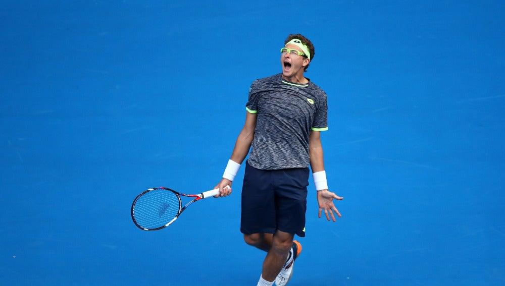 Denis Istomin celebra su victoria sobre Novak Djokovic