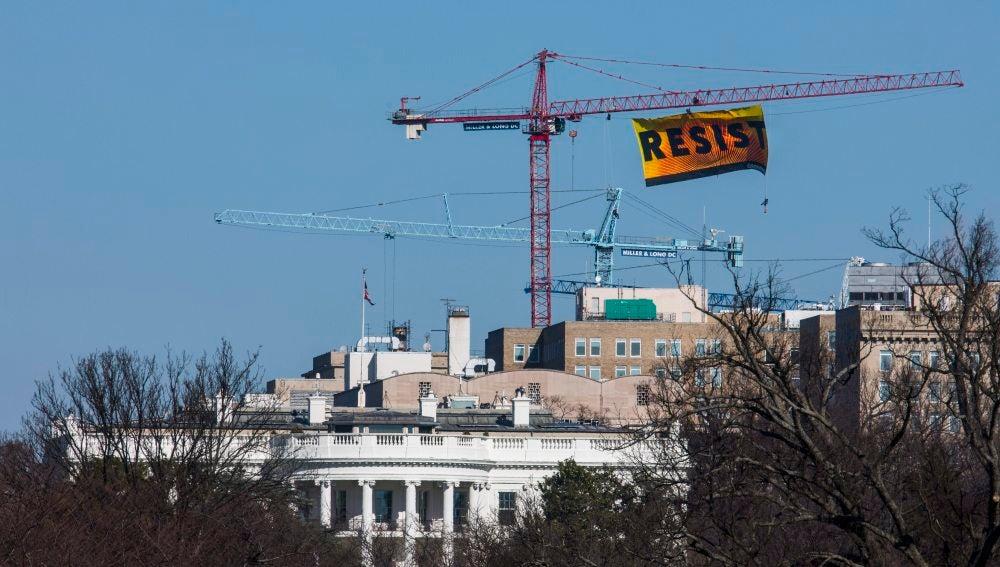 Cartel de Greenpeace junto a la Casa Blanca