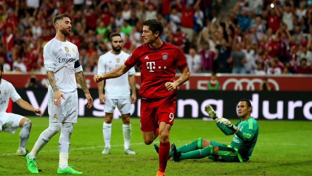 Lewandowski celebra un tanto frente al Real Madrid