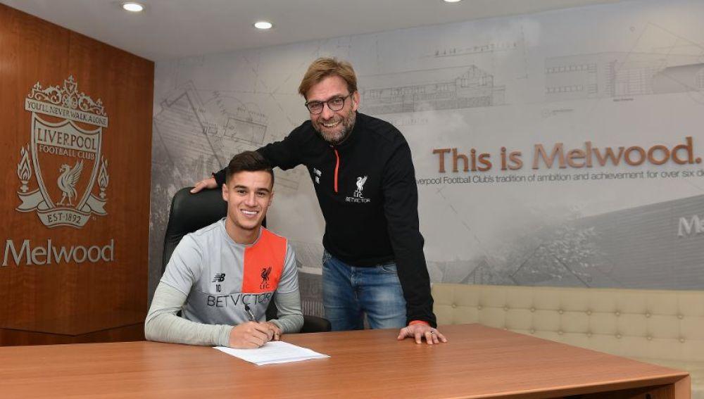 Coutinho y Klopp sonríen mientras el brasileño firma su nuevo contrato