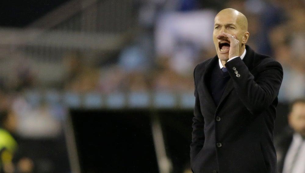 Zidane, en la banda de Balaídos