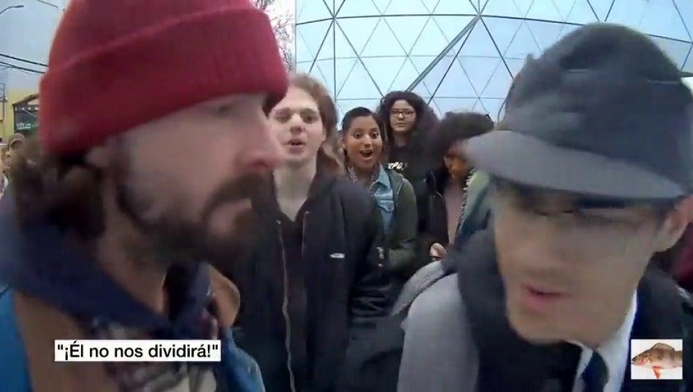 Frame 10.402783 de: Shia Labeouf se encara con un racista en una performance anti-Trump