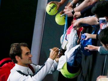 Federer, firmando autógrafos en Australia
