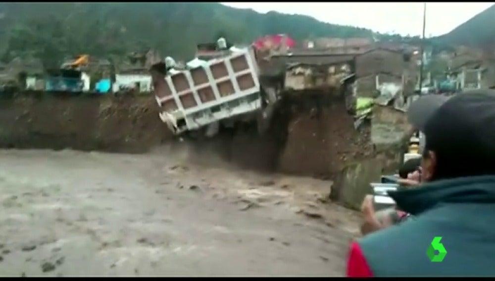 Frame 1.188596 de: Impactantes imágenes del derrumbe de un edificio histórico por las intensas lluvias en Perú