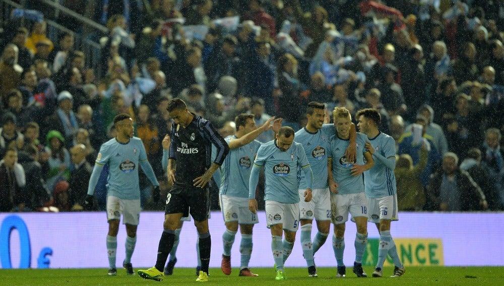 Los jugadores del Celta celebran un gol al Madrid