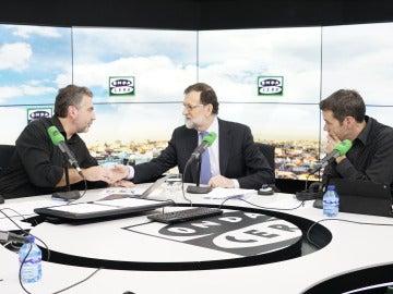 Mariano Rajoy flanqueado por Carlos Alsina y Rubén Amón