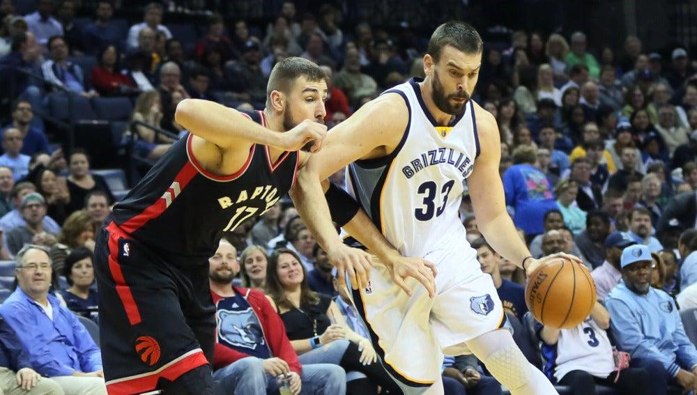 Marc Gasol bota el balón ante la defensa de los Toronto Raptors