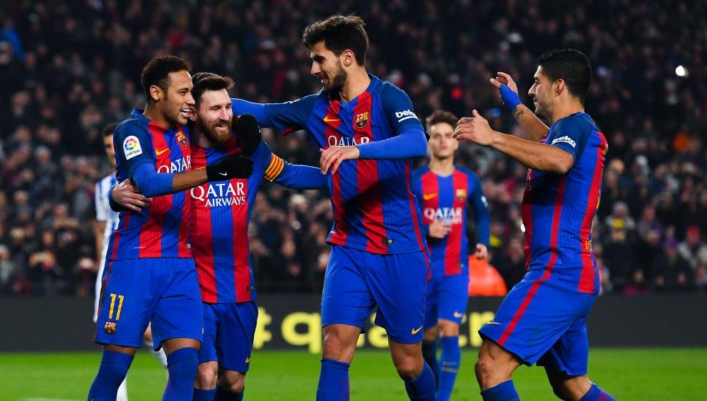 Neymar, Messi, André Gomes y Suárez celebran un gol ante la Real Sociedad