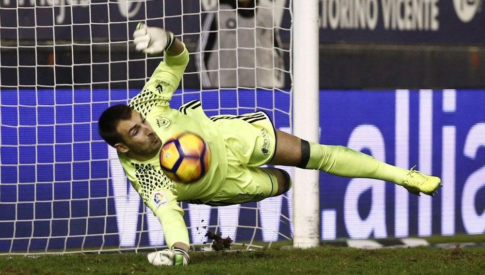 Mario detiene un penalti ante el Málaga