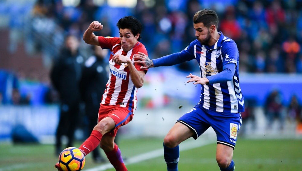 Theo Hernández puja con Gaitán